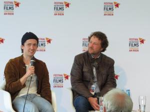 """Schauspieler David Hugo Schmitz und Regisseur Matthias Kutschmann bei der Diskussion über ihren Film """"Radio Heimat"""""""