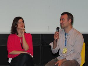 """Regisseurin Shevaun Mizrahi (l) und Produzent Deniz Buga (r) reden über ihren Film """"Distant Constellation"""""""
