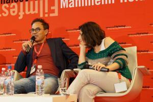 Regisseur Kazim Öz (l) und Produktionsassistentin Ilknur Billir (r)