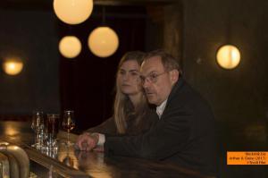 Wolfgang Amslgruber Claire (Hannah Hoekstra) und Arthur (Josef Hader) in einer Bar in Amsterdam