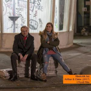 Wolfgang Amslgruber Arthur (Josef Hader) und Claire (Hannah Hoekstra) warten auf den Bus