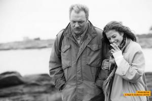 Der Fotograf Robert Lebeck (Charly Hübner) besucht Romy Schneider (Marie Bäumer) in dem französischen Kurort Quiberon