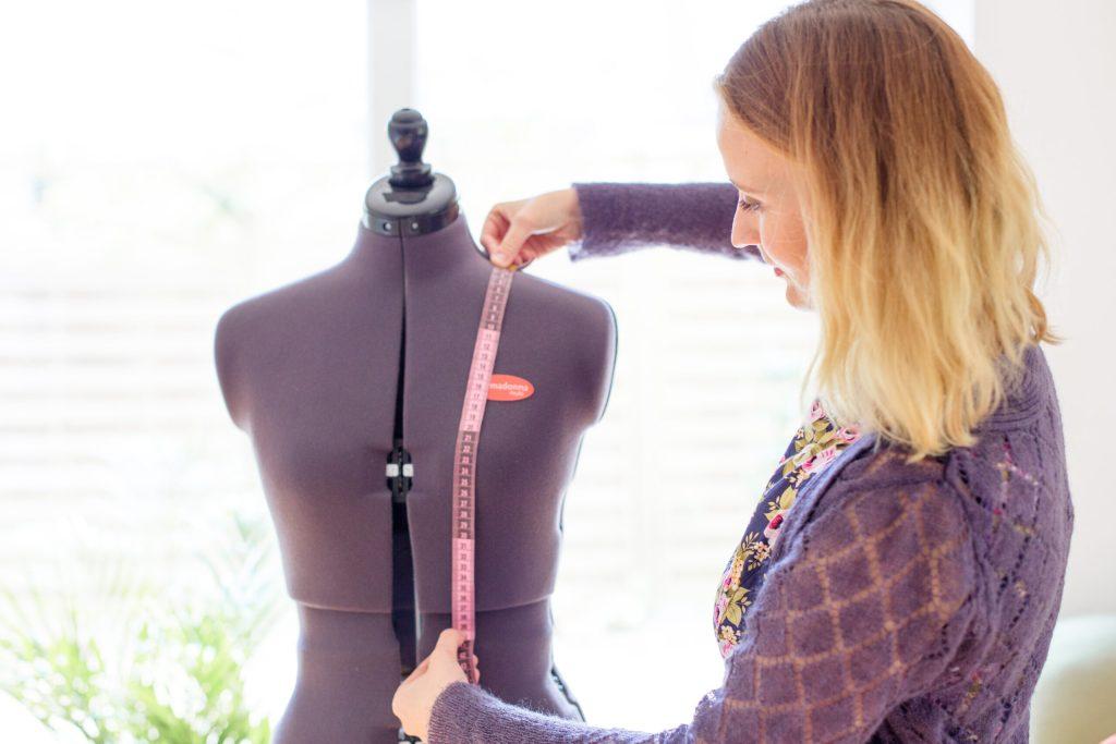 Von der Schulter zur Taille messen