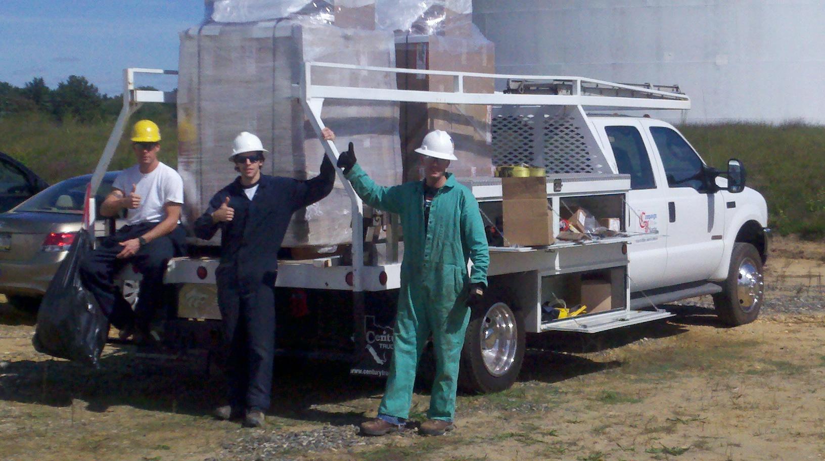 Equipo de servicio industrial con camión in situ