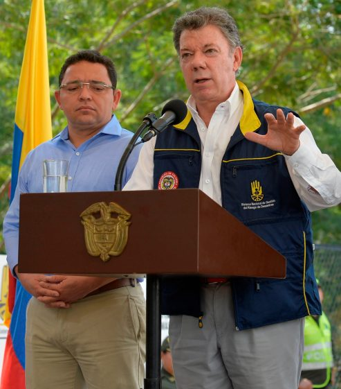 President Santos discusses Isagen from Santa Marta, where he attended the presentation of new municipal water resources. (Photo courtesy of the Presidencia de Colombia)
