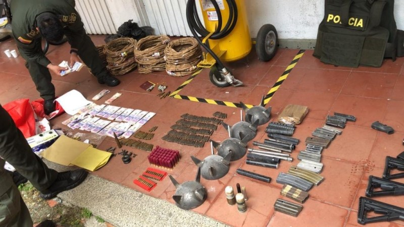 Under the coordination of a specialized prosecutor, last Tuesday uniformed officers carried out 28 simultaneous raids and searches in the cities, seizing short and long-range firearms (AK-40 rifles, Sig Sauer rifles with telescopic sights, grenade launchers, revolvers, pistols, grenades, ammunition of different calibers, accessories, essential parts for rifles and machine guns, and cell phones.