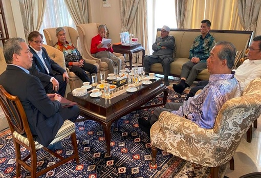 Photo Leaked - Mahathir Having Private Meeting With Malay Leaders Pre-Sheraton Move
