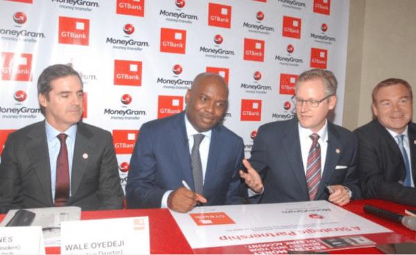 Signature du contrat de partenariat entre Alex Holmex, Directeur Général MoneyGram et