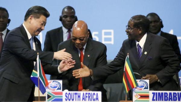 Le président chinois Xi Jingping salue ses homologues sud-africain, Jacob Zuma, et zimbabwéen, Robert Mugabe, lors du sommet Chine-Afrique à Johannesburg