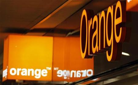 Logos of Orange are seen in front of an Orange France Telecom shop in Nice, southern France, October 28, 2008.    REUTERS/Eric Gaillard