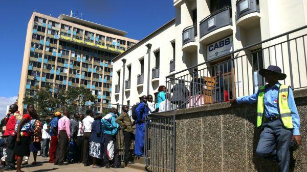 Des zimbabwéens faisant la queue devant une banque à Harare