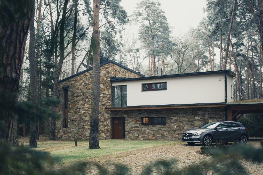 Haus mit Auto davor