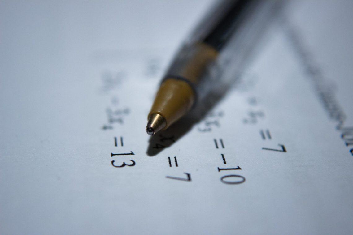 Zahlen und Kugelschreiber