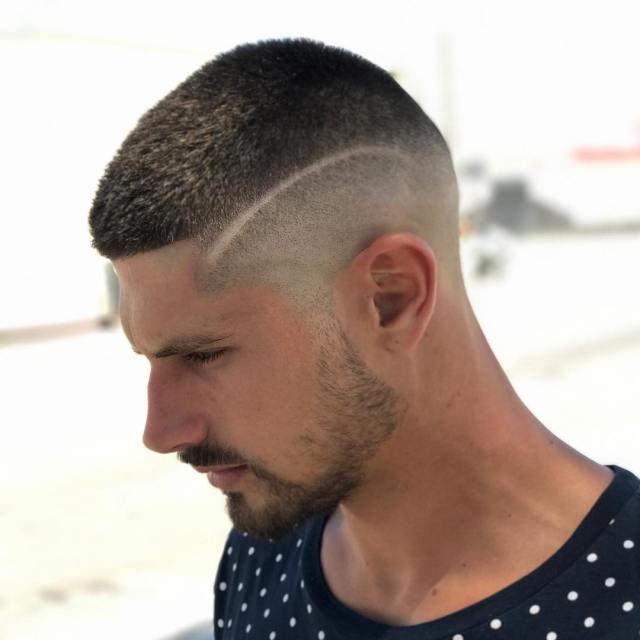 Erkekler için Çizgili Saç Modelleri ile Yan Buzz