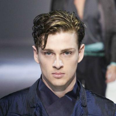 Erkekler için dalgalı yan kısım Saç Modelleri