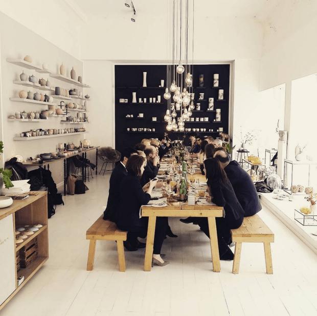 Die bezaubernde Tischgesellschaft in der feinedinge-Porzellanmanufaktur