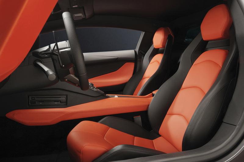 Auch im Innenraum des Aventador geht es recht farbenfroh zu