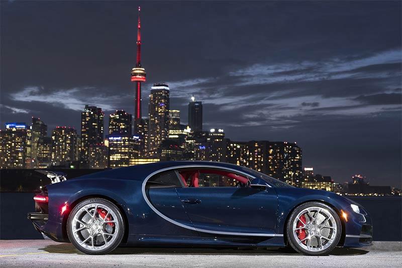 Der französische Supersportwagen vor dem Panorama von Toronto