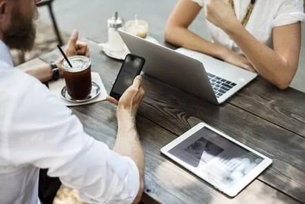 Brainstorming autour d'un café