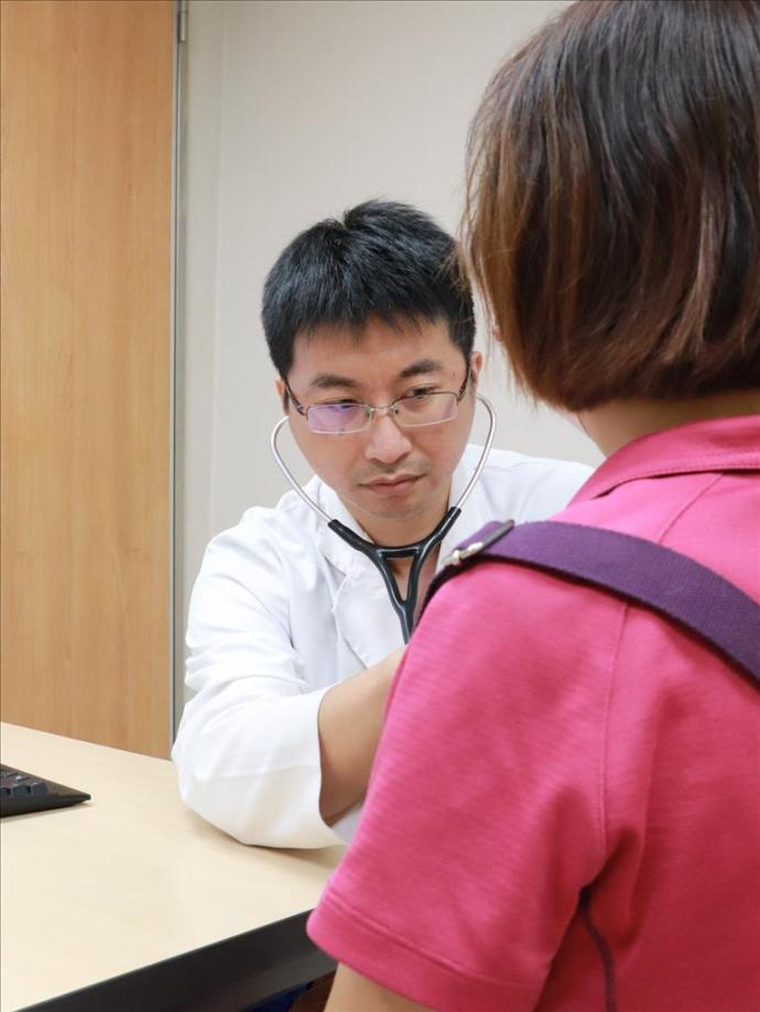 李明峯醫師呼籲心臟衰竭患者切記定時回診,按時服藥,每天要量體重、血壓和心跳,做成記錄供醫師作為診斷病情參考。