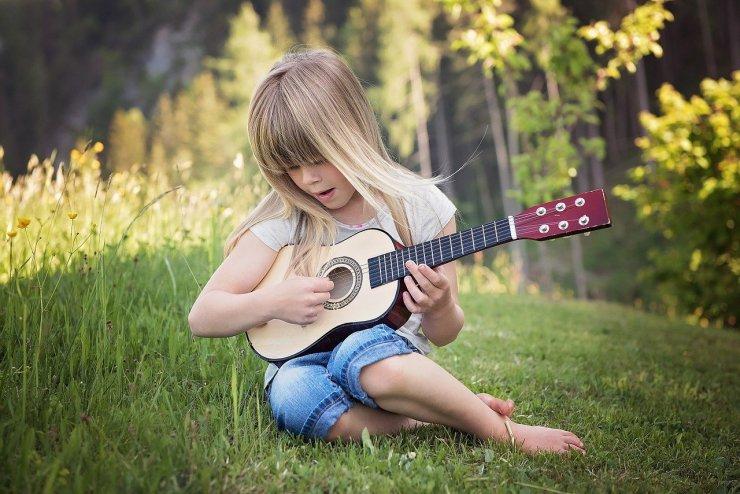 Enfant qui joue de la guitare