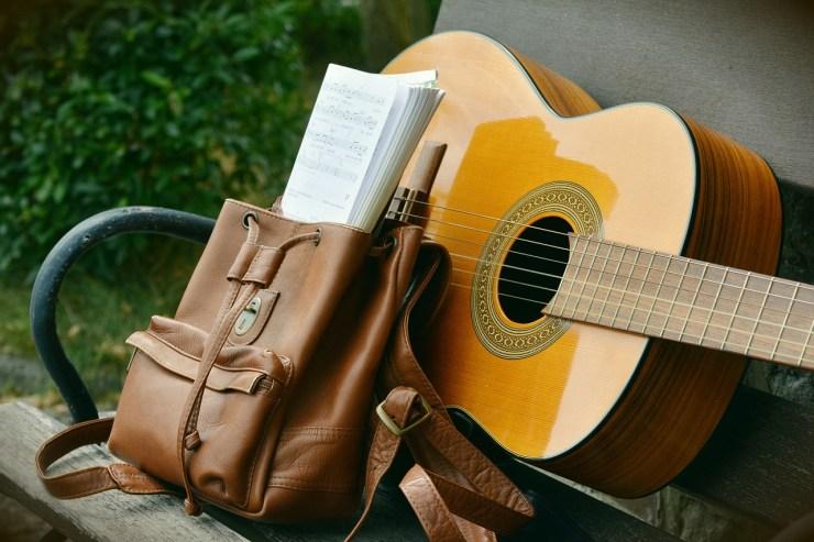 Guitare et sac à dos