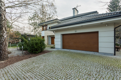Bild Große Garage mit schickem Garagentor