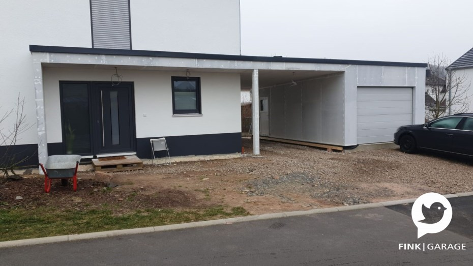 Einzelgarage mit Vordach und Carport