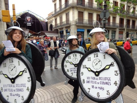 Les Rambles de Barcelona i el mercat de Caldes visitats pels despertadors de la Fira del Rellotge