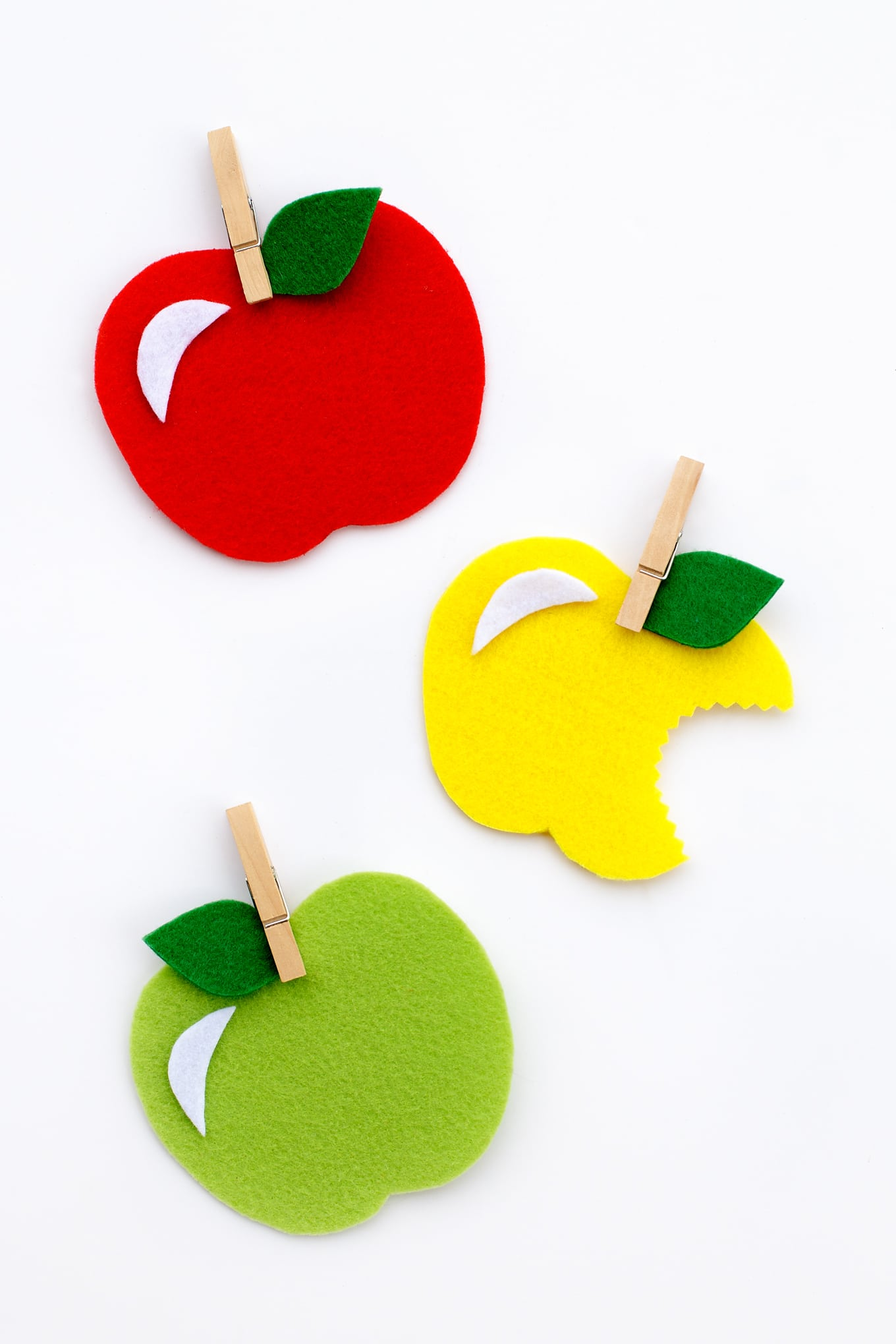 Kids of all ages will have fun creating colorful felt apples for fall. This post includes a free printable template, making it perfect for home or school.