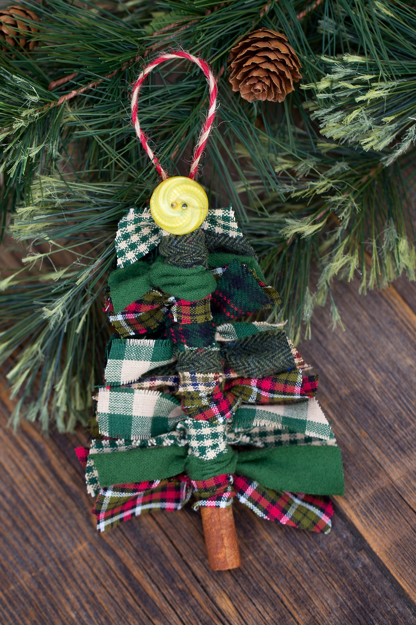 Just in time for Christmas, learn how to make Primitive Scrap Fabric Tree Ornaments from fabric remnants, cinnamon sticks, and buttons.