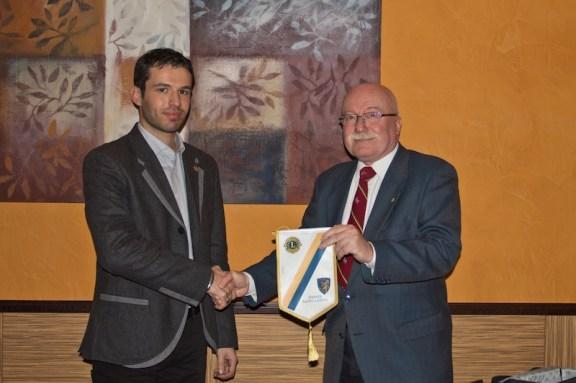 il Presidente dei Lions, Giorgio Zanasi (a destra) consegna il guidoncino al Presidente dei Leo Club Giuseppe Guarneri