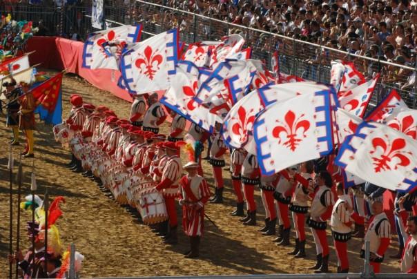 Il gruppo dei Bandierai degli Uffizi prima di una partita del Calcio Storico Fiorentino