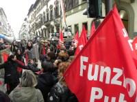 Il presidio dei lavoratori delle cooperative sociali in via Cavour