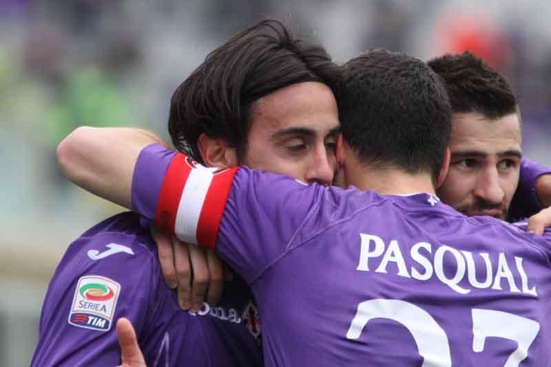 Un abbraccio tra Aquilani e Pasqual, in questi giorni compagni di Nazionale