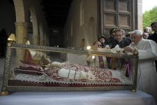 Benedetto XVI davanti alla teca di Celestino V