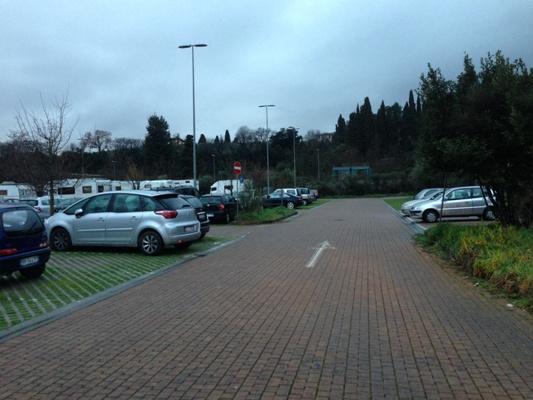 Il parcheggio del Salviatino lungo via Faentina