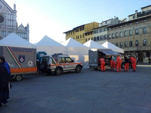 I volontari dell'Humanitas in piazza Santa Croce (Foto Humanitas)