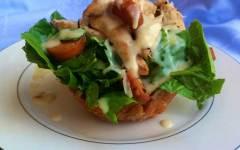 """""""Insalata Caesar"""", con petto di pollo croccante nel cestino di parmigiano"""
