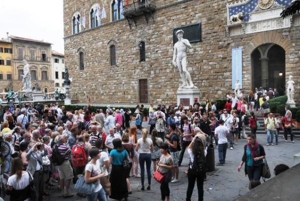 Turisti a Firenze davanti Palazzo Vecchio