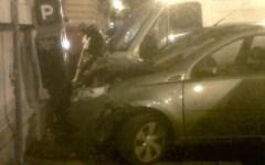 Firenze, due auto contro un palazzo in via Della Robbia