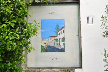 Uno sportello del gas decorato da Francesco Lorenzini