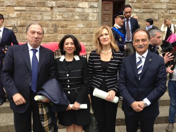 Da sinistra verso destra: Paolo Padoin, Rosa Milano, Anna Chiti Batelli con il prefetto Luigi Varratta