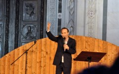 Benigni legge Dante e scopre le larghe intese anche all'Inferno