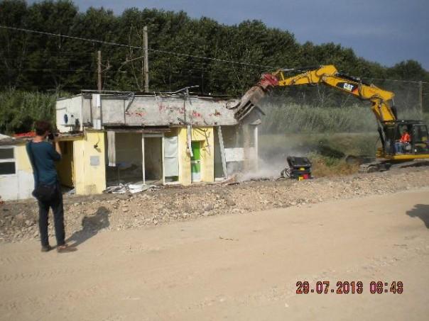 La demolizione dell'ex bar «HappyDays» vicino alla linea ferroviaria Pisa – La Spezia