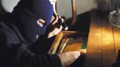 Colpito dai ladri scoperti in casa riesce a dare l'allarme e farne arrestare uno