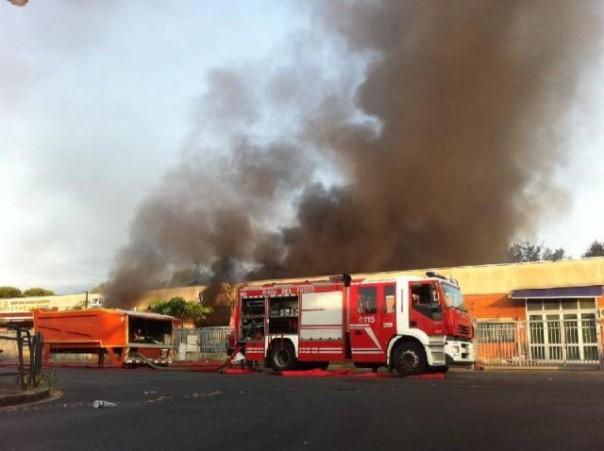 L'incendio che ha interessato 3 capannoni nel Macrolotto 1 di Prato