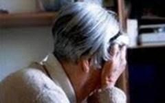 Falsi impiegato e poliziotto truffano anziana