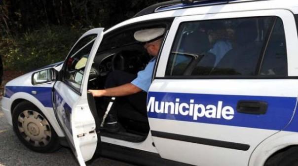 AAnche la polizia municipale di Montecatini sta cercando il venditore senegalese che ha dato un pugno ad un agente