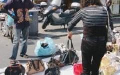 Venditore di falsi in fuga mette ko con un pugno un agente